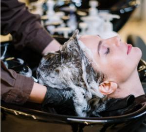 mulher tendo o cabelo lavado